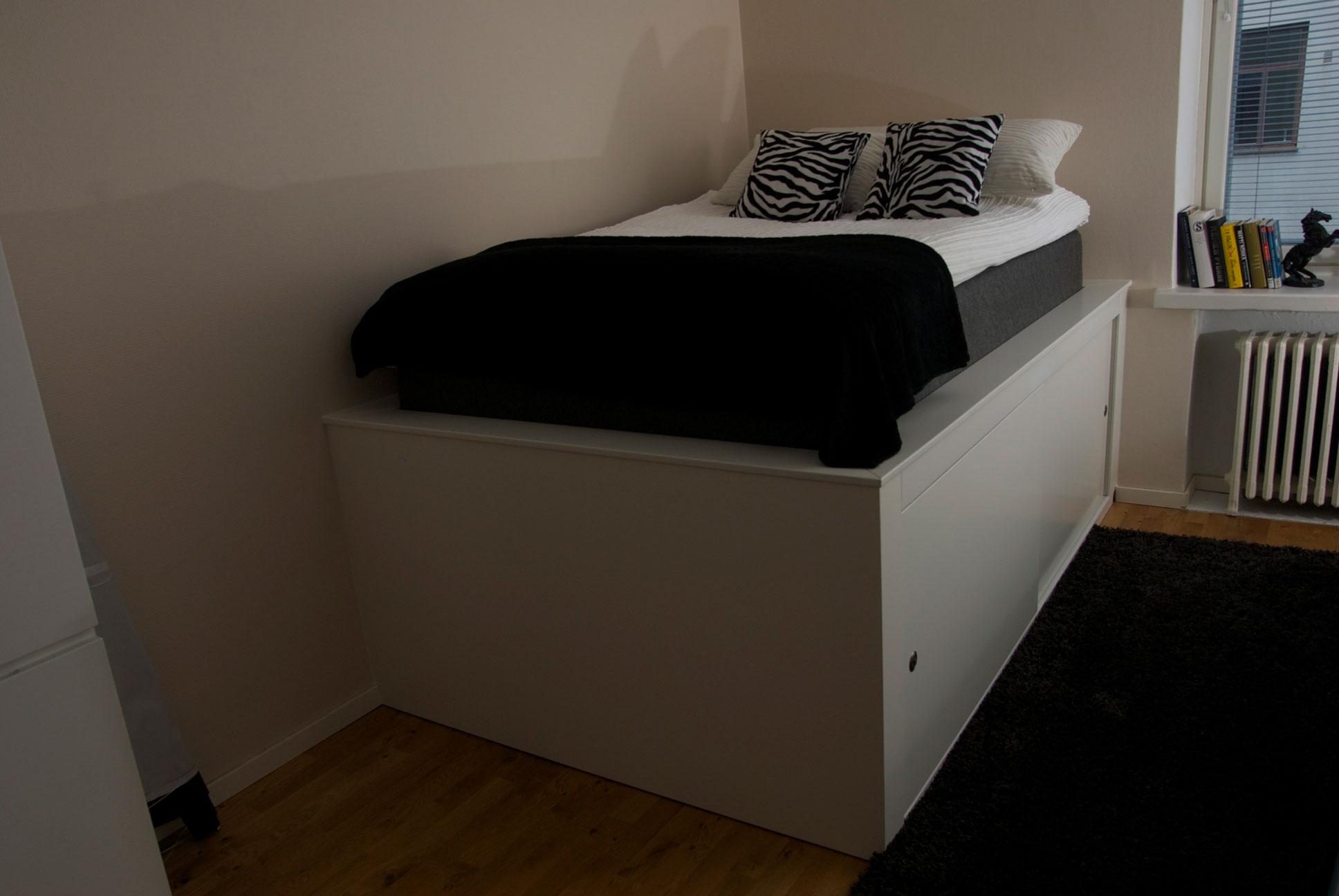 Sängyssä on kätevä tila liukuovien takana