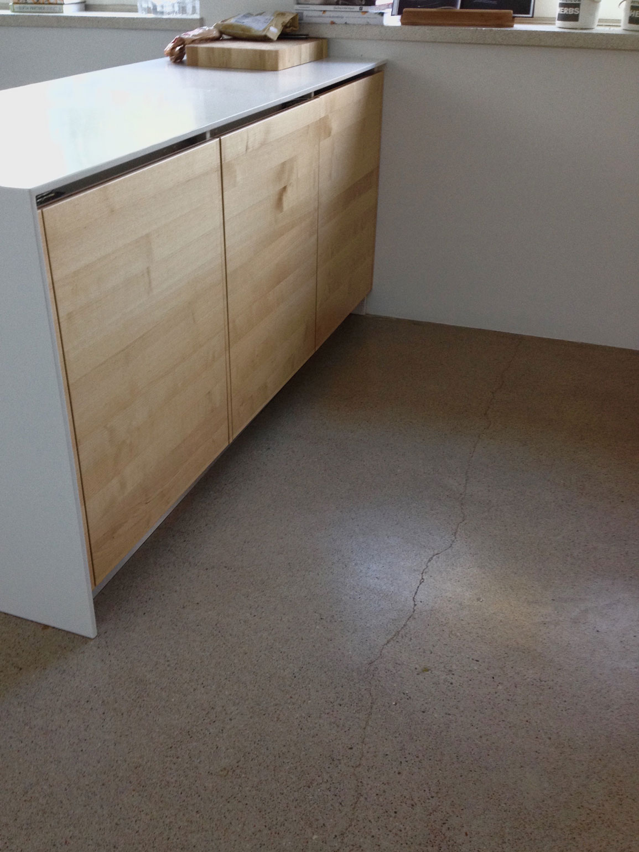 Ovien taakse on piilotettu jääkaappi ja pakastin