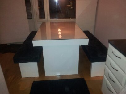 Valkoinen pöytä lasikannella