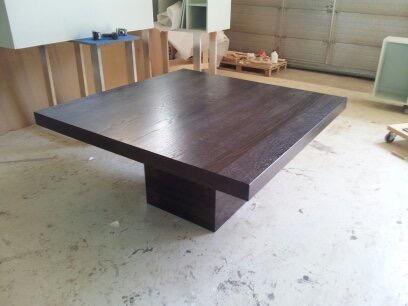Pöydän jalassa on teräs painot